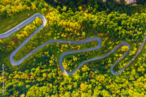 Foto Aerial view of winding road on mountain in Autumn
