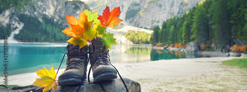 Wandern im Herbst am See Wallpaper Mural