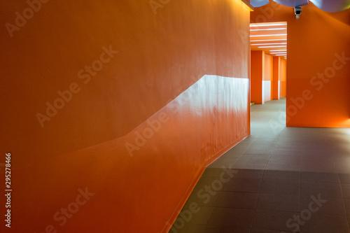 Vászonkép un couloir vide et orange