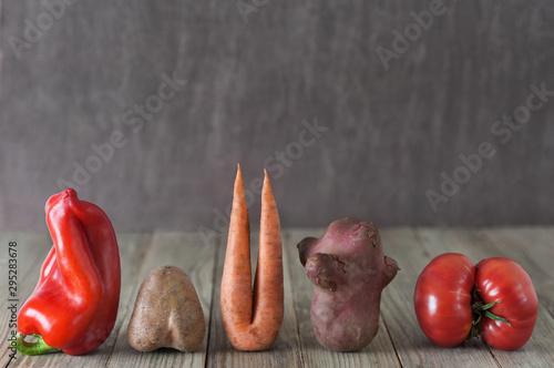 Fotografia  Vegetables on wooden  background. Imperfect Ugly food.