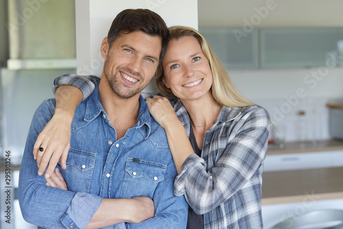 Portrait of cheerful middle-aged couple at home Fototapet