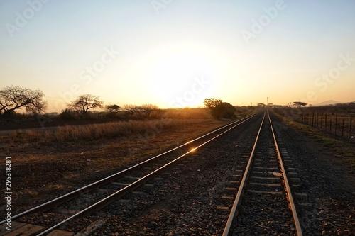 沈んでいく太陽と線路