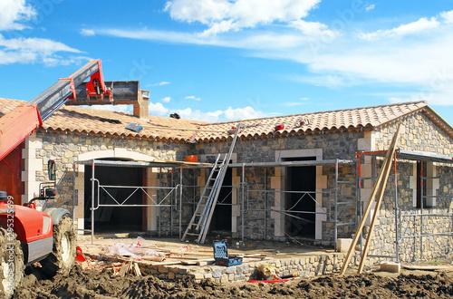 Chantier de construction d'une maison individuelle en pierres Canvas Print