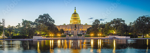 Foto  Panoramic image of the Capitol of the United States with the capitol reflecting pool in morning light