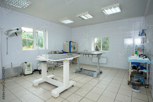 fototapeta na ścianę Med table, lamps and other medical equipment set at the veterinary office
