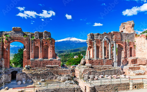 Papiers peints Bleu fonce Taormina, Sicily, Italy: The Greek Theater of Taormina with smoking Etna volcano in background