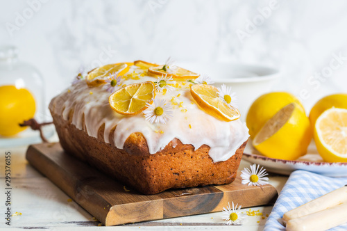 lemon drizzle cake, decorated with sugar icing Tableau sur Toile