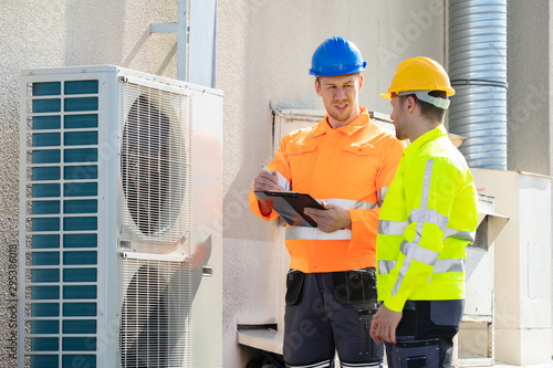 Fotomural  An Electrician Men Checking Air Conditioning Unit