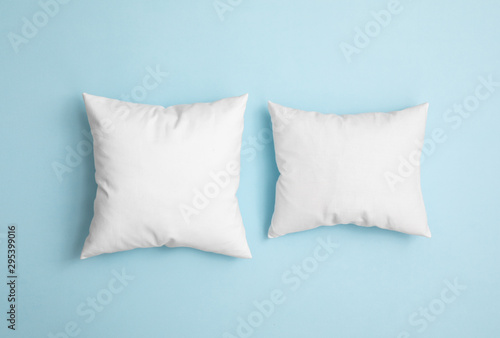 Fotomural  Two pillows on the blue background