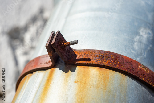 Rusty fastening drainpipe with bolt and nut Canvas-taulu