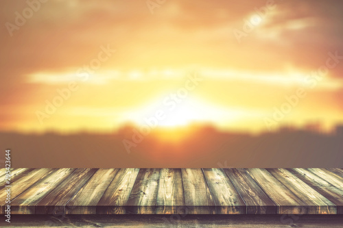 Montage in der Fensternische Gelb Schwefelsäure Wooden table with blurred sky nature backgrounds, for display products