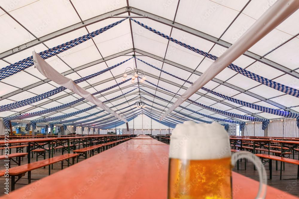 Fototapety, obrazy: Fertiges und noch leeres Festzelt für das Oktoberfest mit, auf einem Holztisch steht ein Glas Bier