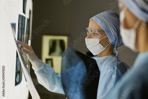 Pinturas sobre lienzo  Two female women medical doctors looking at x-rays in a hospita