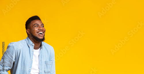 Photo Black man looking at copy space with ecstatic face expression