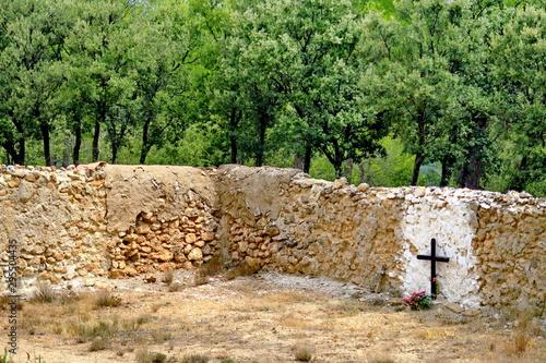 Tablou Canvas Croix sur une tombe. Cimetière abandonné.
