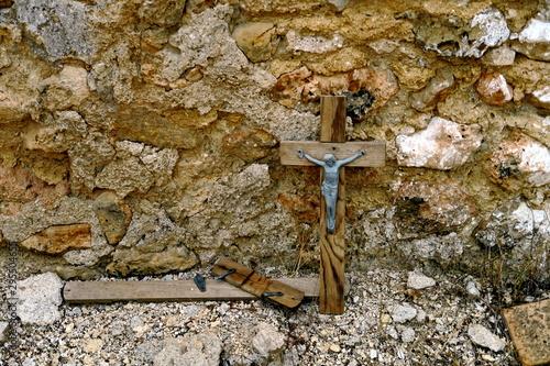 Fotografie, Tablou Croix sur une tombe. Cimetière abandonné.