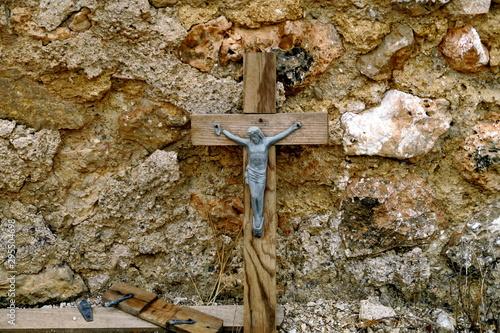 Croix sur une tombe. Cimetière abandonné. Fototapet