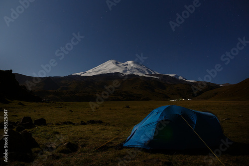 Poster Nouvelle Zélande Tourist tent on the background of the snowy peaks of Mount Elbrus