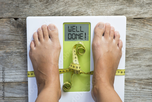 Fotografía  Diet motivation message on weight scale suggesting losing kilogram success
