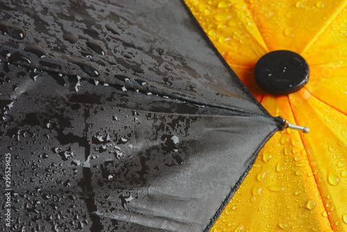 toile de parapluie jaune et noir mouillée, gros-plan Canvas Print
