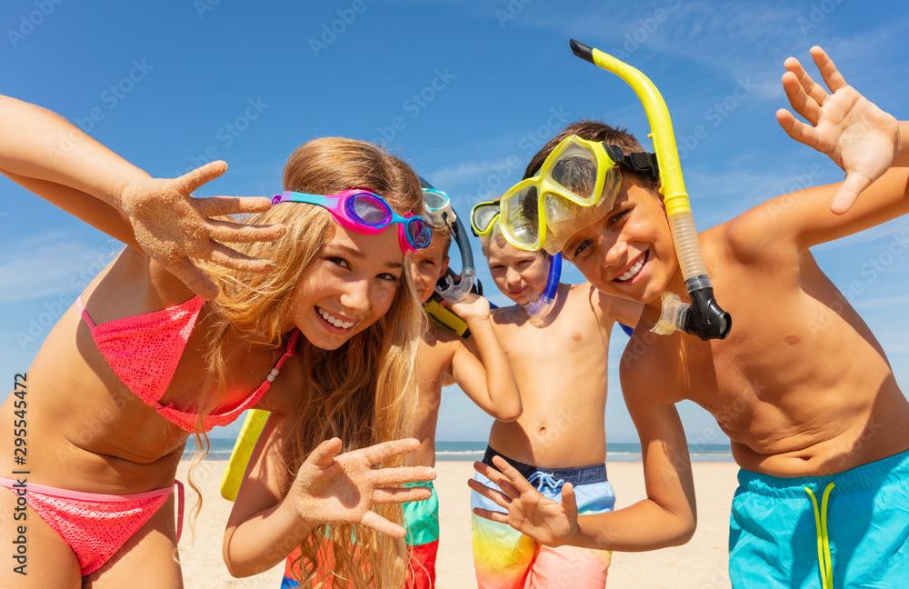 Fototapety, obrazy: Kids waving hands wearing scuba snorkeling masks