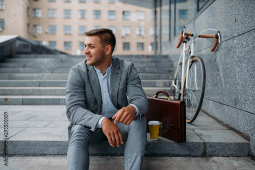 Photo  Businessman with bike having lunch at the office