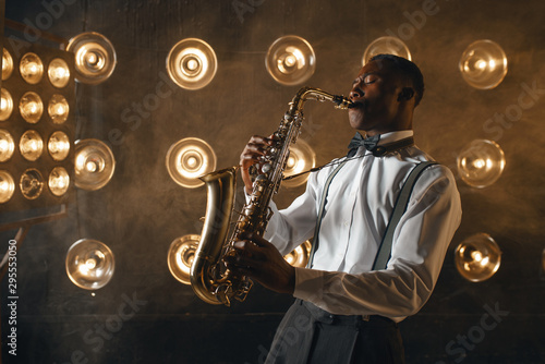 Fotografie, Obraz Black jazz performer plays the saxophone on stage