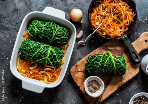 Making vegetarian delicious lunch - roasted savoy cabbage stuffed spicy bulgur Fototapete