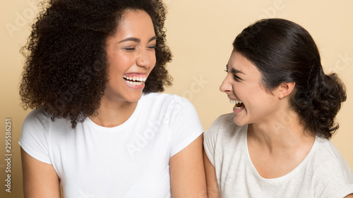 Cuadros en Lienzo  Overjoyed multiethnic friends have fun laughing together