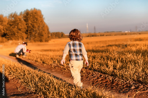 La pose en embrasure Beige Children outdoors in a field