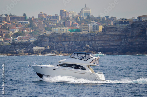 Photo bondy coast Australia, speepboat offshore in Sydney coast, close to Bondi beach