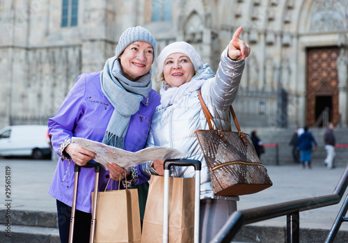 Photo  Elderly women tourists with city guide