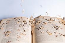 Lettere Che Escono Dal Libro D...