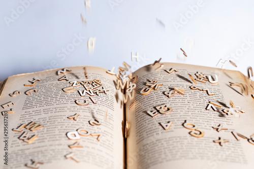 Photographie lettere che escono dal libro dislessia