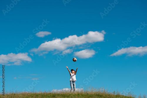 サッカーボールで遊ぶ子供 Canvas Print