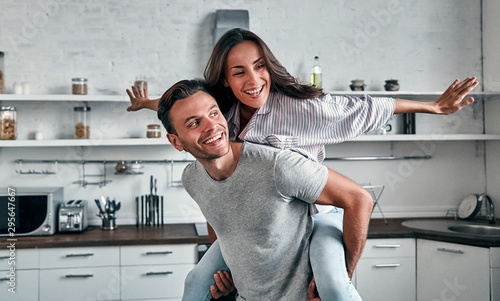 Stampa su Tela  Family in kitchen