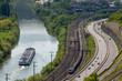 Blick auf Schiff, Zug und PKW