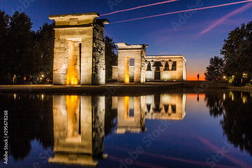 Photo Evening view of the Templo de Debod in Madrid, Spain