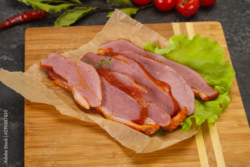 Photo  Sliced smoked duck breast served salad