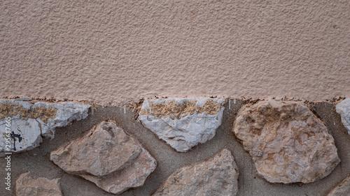 Fotografie, Obraz Pierres incrustées dans un mur beige