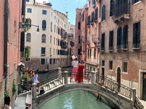 Fototapety, obrazy: Mujer en los canales de venecia