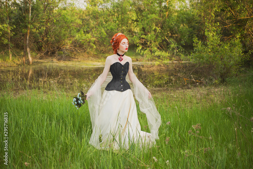 Fotografia Young renaissance princess with hairstyle on nature background