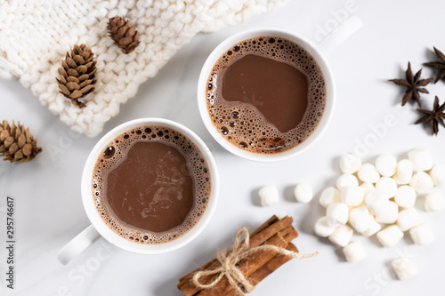 Montage in der Fensternische Kaffee White ceramic cups of hot cocoa on top of white marble background, top view