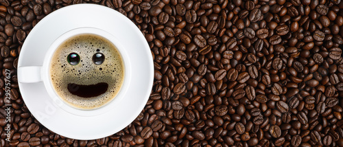 Salle de cafe panoramic coffee background of a cup of black coffee with smiling face coffee bubble on background of roasted arabica coffee beans