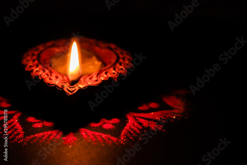 Photo  Top View of a crafted clay lamp with black background and copy space - Diwali co