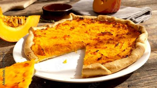Fotografía  homemade pumpkin tart- autumn tart or pie