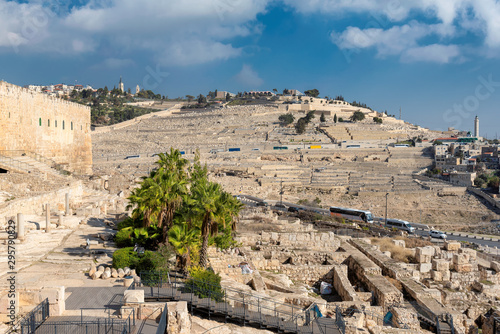 Cuadros en Lienzo The Jerusalem Old city wall and view of the Mount of Olives in Jerusalem, Israel