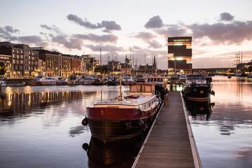 Antwerpen, Belgija, prekrasan noćni pogled na moderno područje i luku Eilandje. Mala otočna četvrt i jedrenjak za zalazak sunca. Popularno turističko odredište i turistička atrakcija
