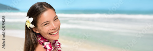 Photo Hawaii beach vacation hawaiian banner woman in flowers necklace lei polynesian culture hula dancer on luau party summer travel holiday background