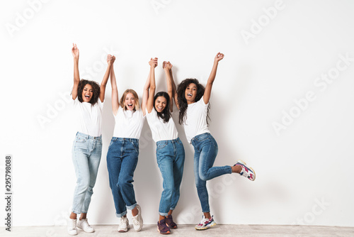 Fotografía  Optimistic cheery young women multiracial friends